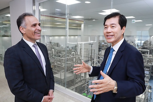 Dr. Nader Pourhassan (Left), CEO of CytoDyn and Dr. Tae Han Kim, CEO of Samsung Biologics